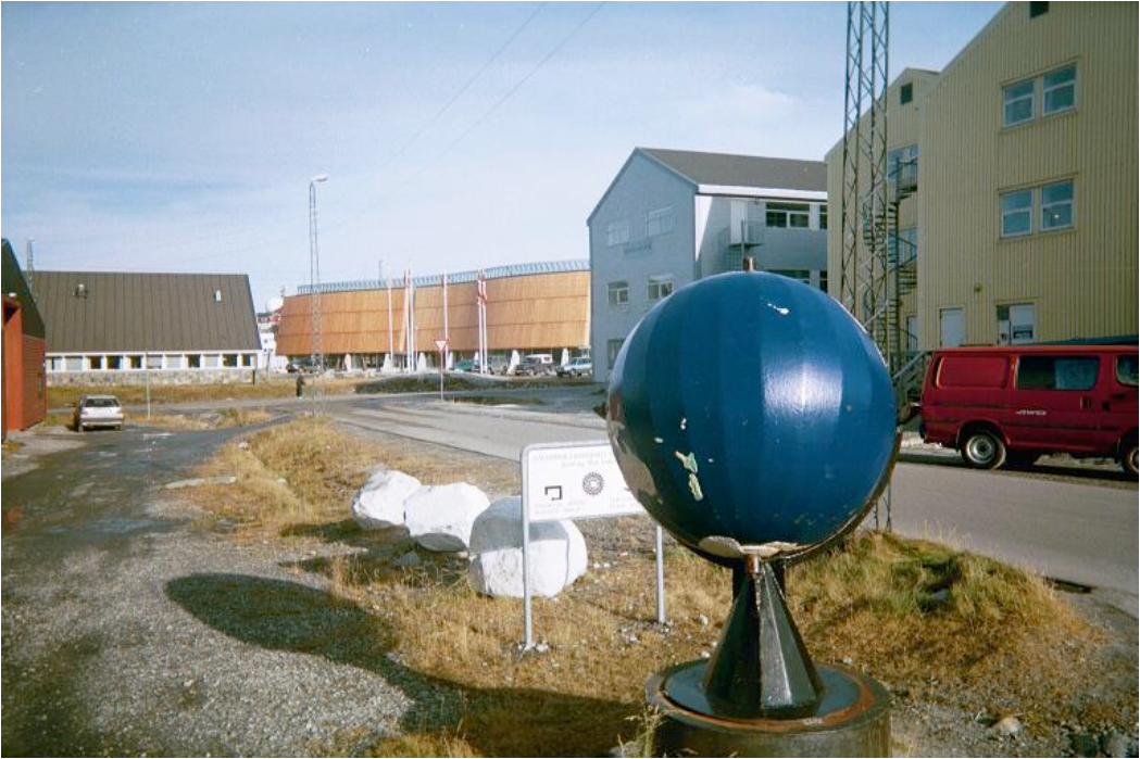 The globe of Nuuk's vocational school with the cultural center Katuaq in the background. Photo by 19 years old young man, Nuuk (CAM I, 35: 9).