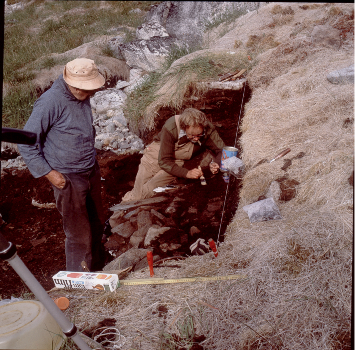 With Helge Larsen (left), Jørgen Meldgaard excavates one of the rich profiles of the Qajaa site in 1982. Photographer: Jeppe Møhl.