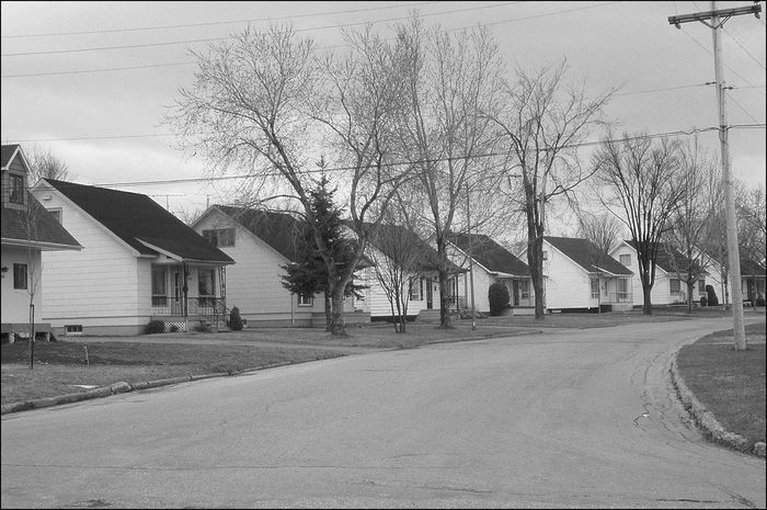 Maisons construites selon les plans de la Wartime Housing Limited à Arvida, Saguenay (vers 1942)