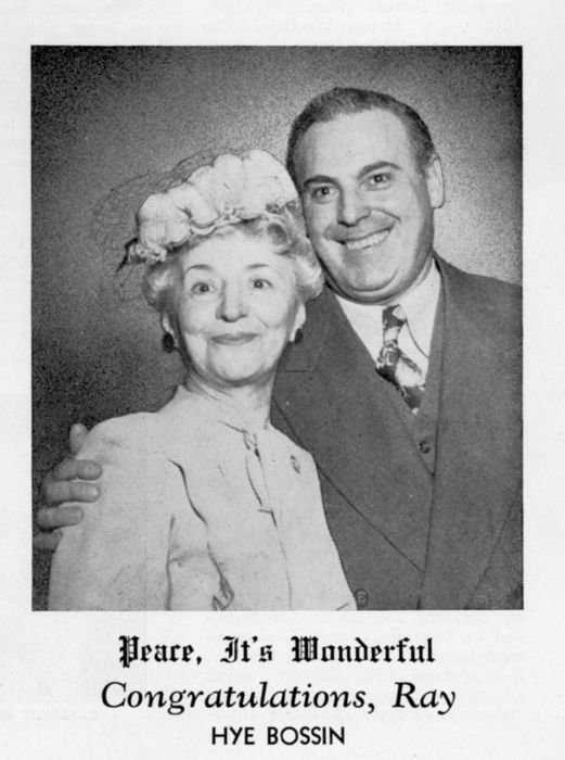 Ray Lewis et Hye Bossin, rédacteur en chef du Canadian Film Weekly (Canadian Moving Picture Digest, 13 avril 1946)