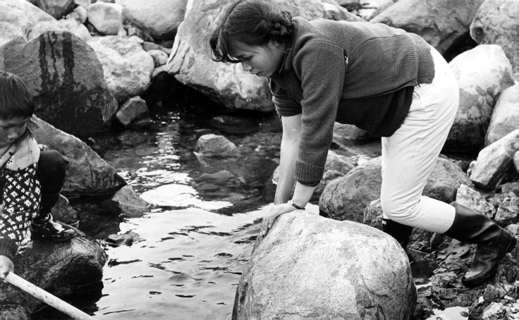 Thomasine and her brother Efraim (Epa) Kristiansen catching Arctic char, at Kiliilaainni near Diilerilaaq, 1967. Photo: G. Nooter, Museon 67-03-59-08.