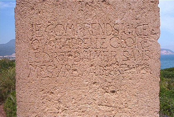 Illustration 2 : Stèle d'Albert Camus érigée sur le site archéologique de Tipaza